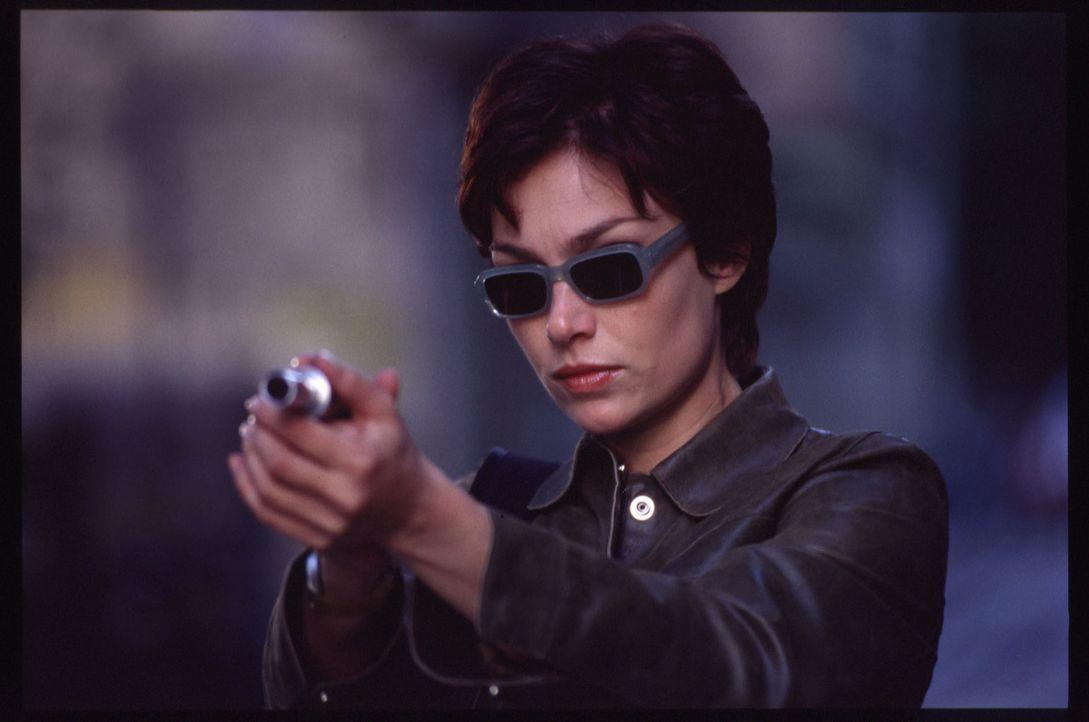 """Angelas (Aglaia Szyszkowitz) Waffe ist eine Liebeszauber versprühende """"Pistole"""" ... - Bildquelle: Gordon Mühle"""