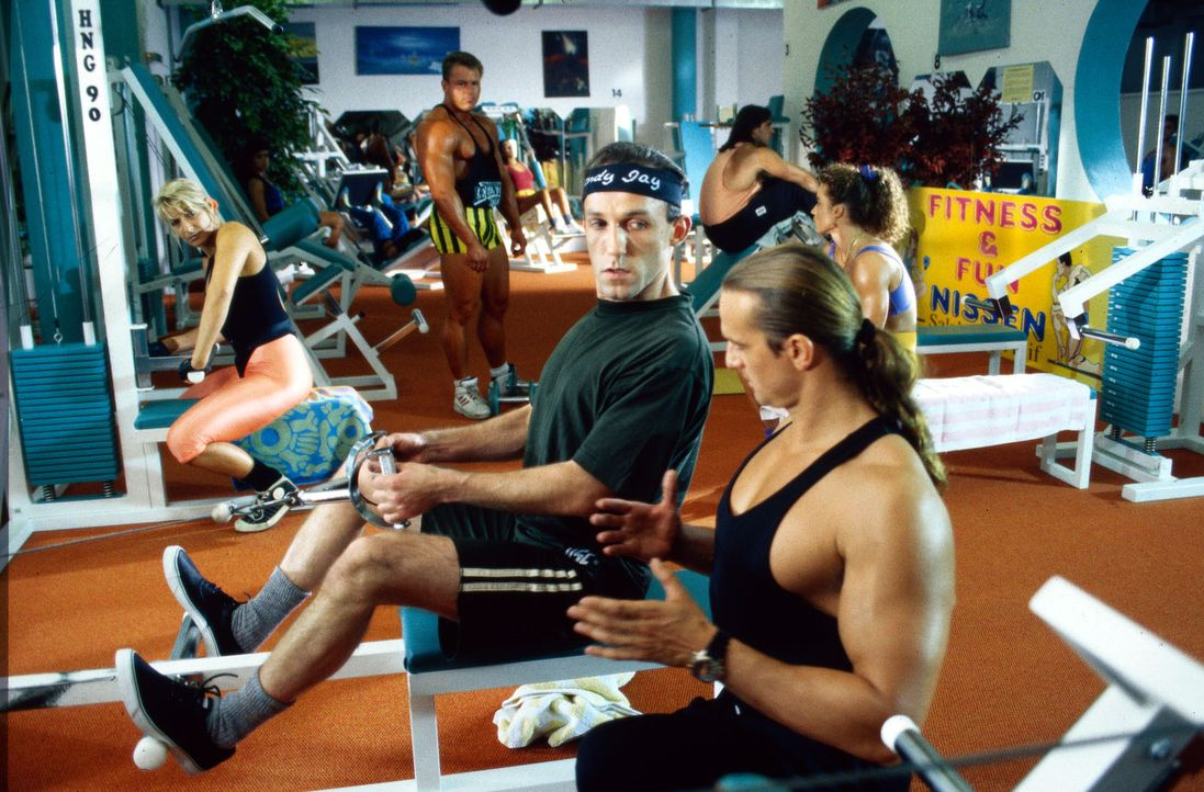 Stockinger (Karl Markovics, l.) wollte eigentlich nur etwas inkognito im Fitness-Club ermitteln, aber Besitzer Nissen (Dierk Prawdzik, r.) nimmt ihn... - Bildquelle: Hermann Huber Sat.1
