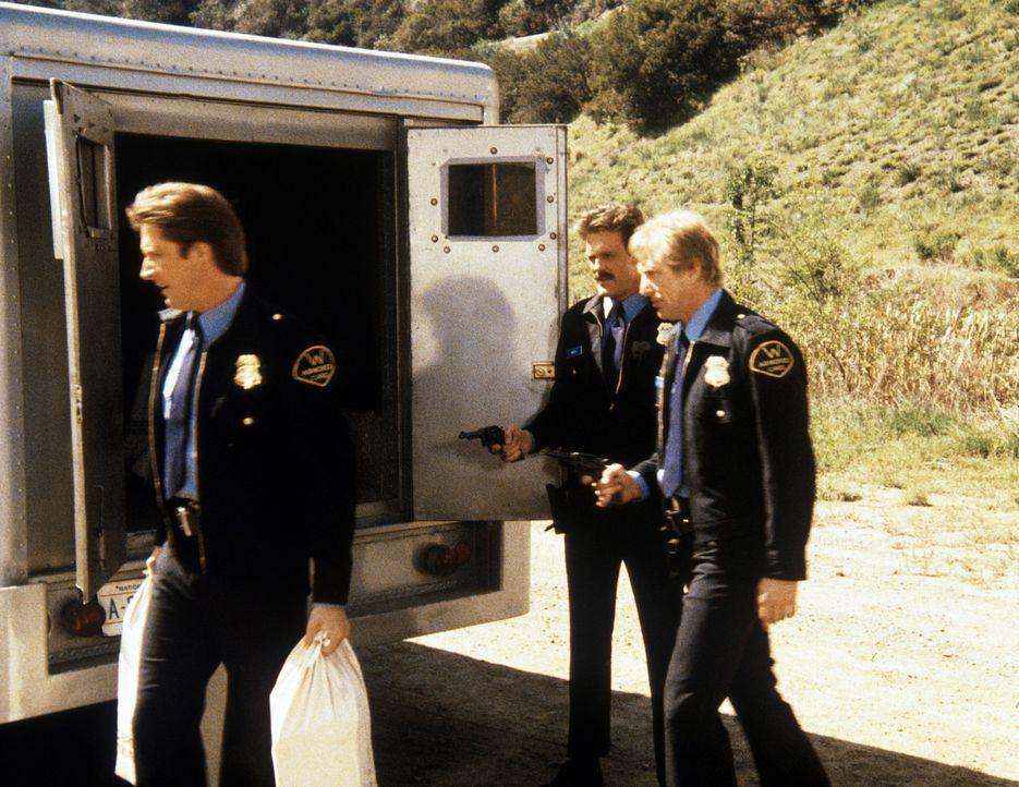 Lee (Bruce Boxleitner, l.), der mit seinen ehemaligen Kollegen Brackin (John Beck, 2.v.l.) und Harris (George McDaniel, r.) einen Raubüberfall began...