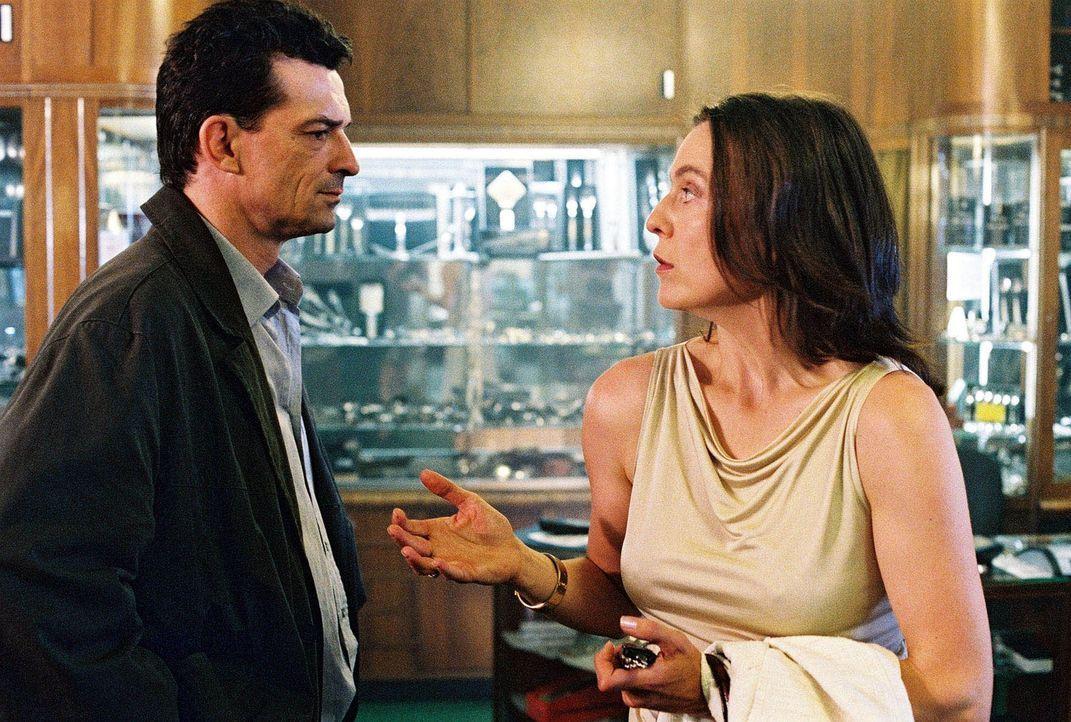 Steiner (Thomas Sarbacher, l.) nimmt Kontakt mit Davids Tante Monika (Caroline Schreiber, r.) auf, um dem Jungen eine Unterbringung innerhalb der Fa... - Bildquelle: Thomas Kost Sat.1
