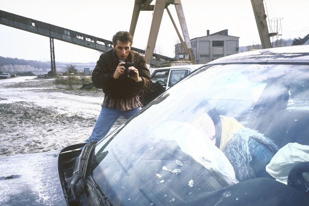 """Als Privatdetektiv Waldemar Schmitz alias """"Waldi"""" (Rufus Beck, l.) für Versicherungen ermittelt, kommt er in Polen einer Bande von Autoschiebern auf... - Bildquelle: Aki Pfeiffer ProSieben"""