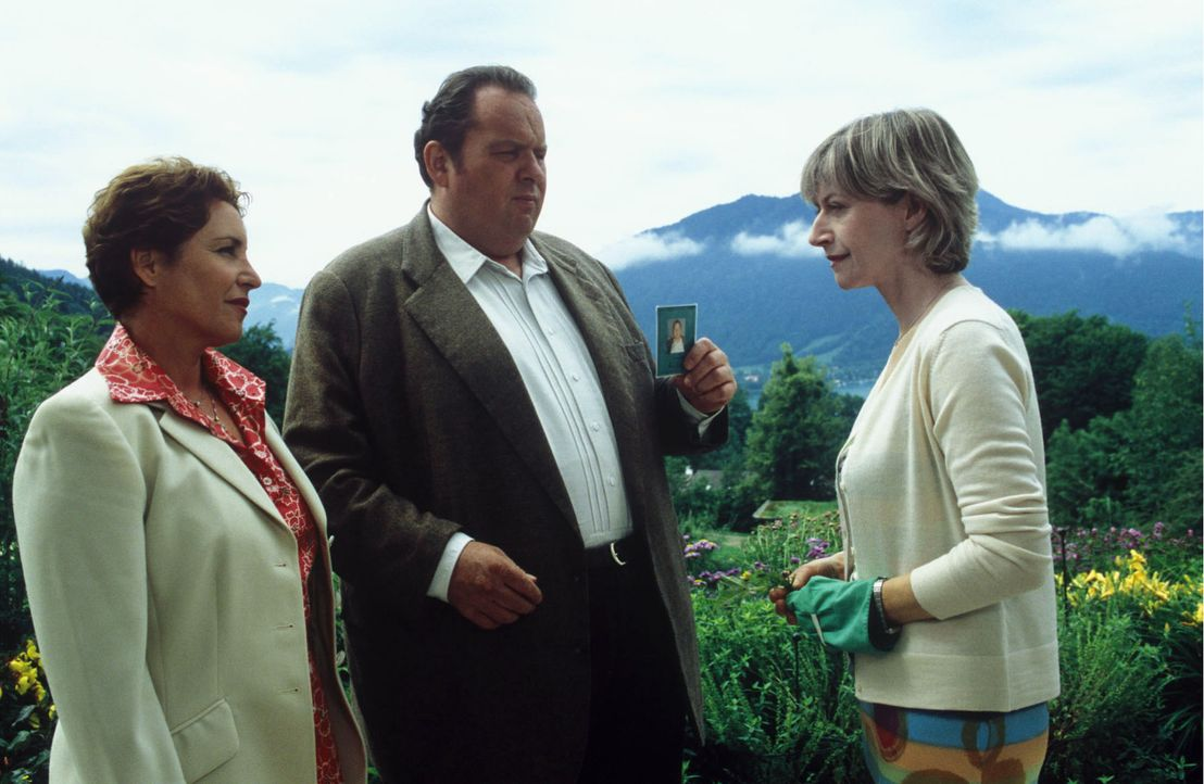 Benno (Ottfried Fischer, M.) und Sabrina (Katerina Jacob, l.) müssen Frau von Gluck (Tatjana Blacher, r.) die Nachricht vom Tod ihres Mannes überbri... - Bildquelle: Magdalena Mate Sat.1