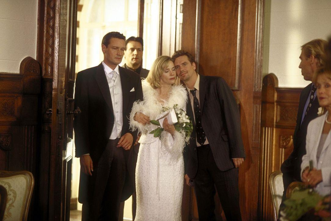 Der große Tag ist gekommen: Endlich wollen Mathilda (Ann-Kathrin Kramer, M.) und Kai (Stephan Benson, l.) heiraten. Doch da überbringt Jan (Michael... - Bildquelle: Gordon Prosieben