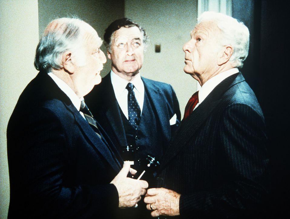 Leider wollen die anderen Herren Senatoren ihren Kollegen McCorkindale (Eddie Albert, r.) bei seinen Plänen nicht unterstützen. - Bildquelle: Worldvision Enterprises, Inc.
