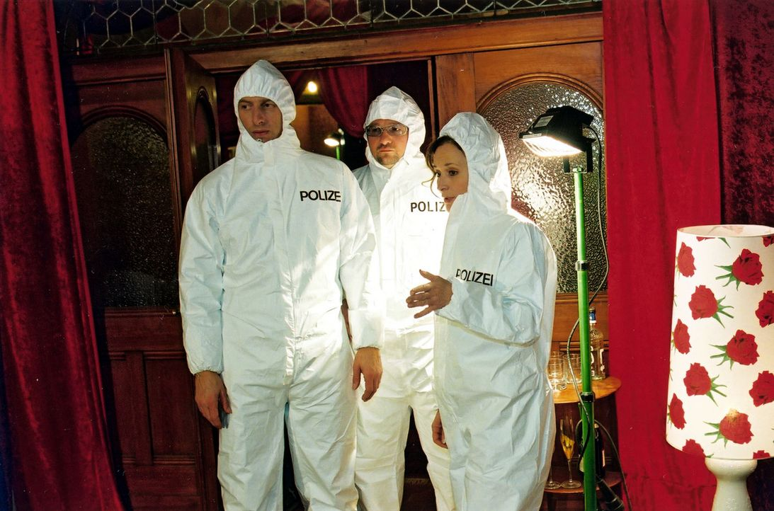 Inspektor Rolle (Rufus Beck, l.), Orkan Örsey (Aykut Kayacik, M.) und Dr. Elisabeth von Stein (Eleonore Weisgerber, r.) müssen den Tatort in einem B... - Bildquelle: Oliver Pflug Sat.1