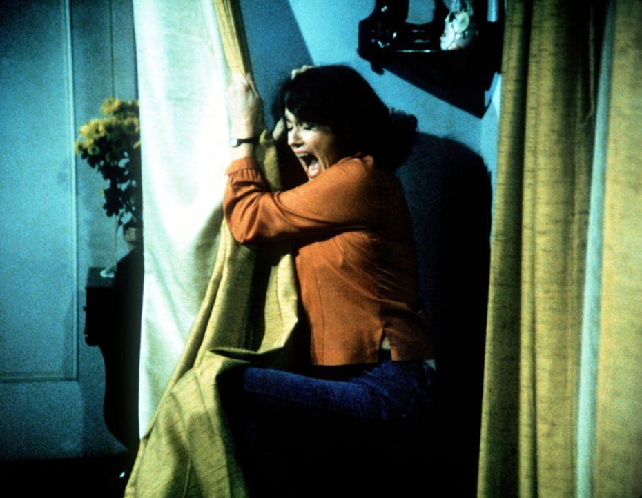 Hazel Lamphere (Susan Krebs) hat einen Schwächeanfall. - Bildquelle: WARNER BROS. INTERNATIONAL TELEVISION