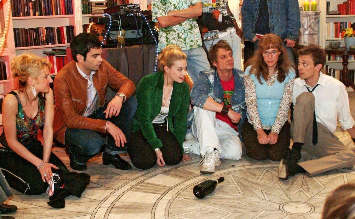 Auf wen die Flasche zeigt, der muss ... Kims (Lara-Isabelle Rentinck, 3.v.l.) und Timos Party erlebt ihren Höhepunkt beim Flaschendrehen - und der F... - Bildquelle: Monika Schürle Sat.1