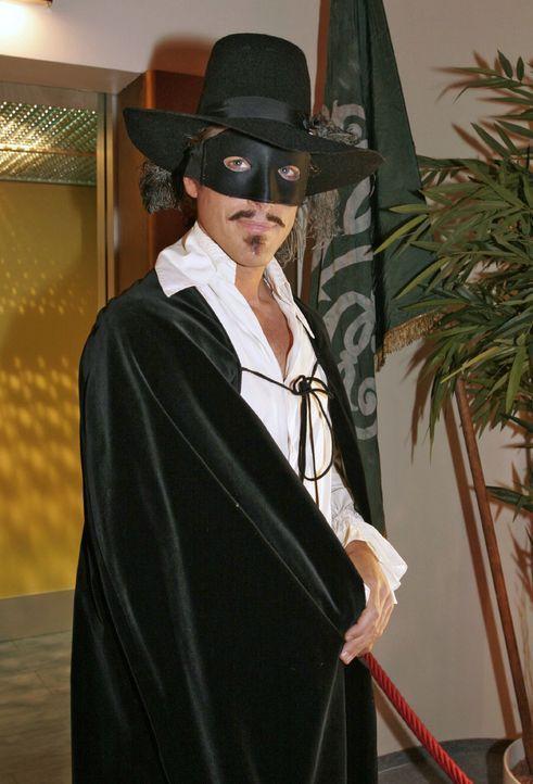 Lars van der Lohe (Clayton M. Nemrow) als Zorro - Bildquelle: Noreen Flynn Sat.1