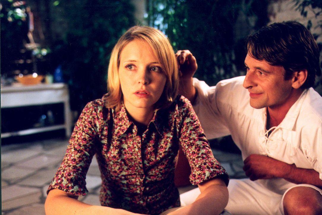 Raffael (Max Tidof, r.) versucht, seine geliebte Lara (Laura Tonke, l.) zu beruhigen und ihr aus ihrer Verzweiflung zu helfen. Er hofft, irgendwie a... - Bildquelle: Erika Hauri Sat.1