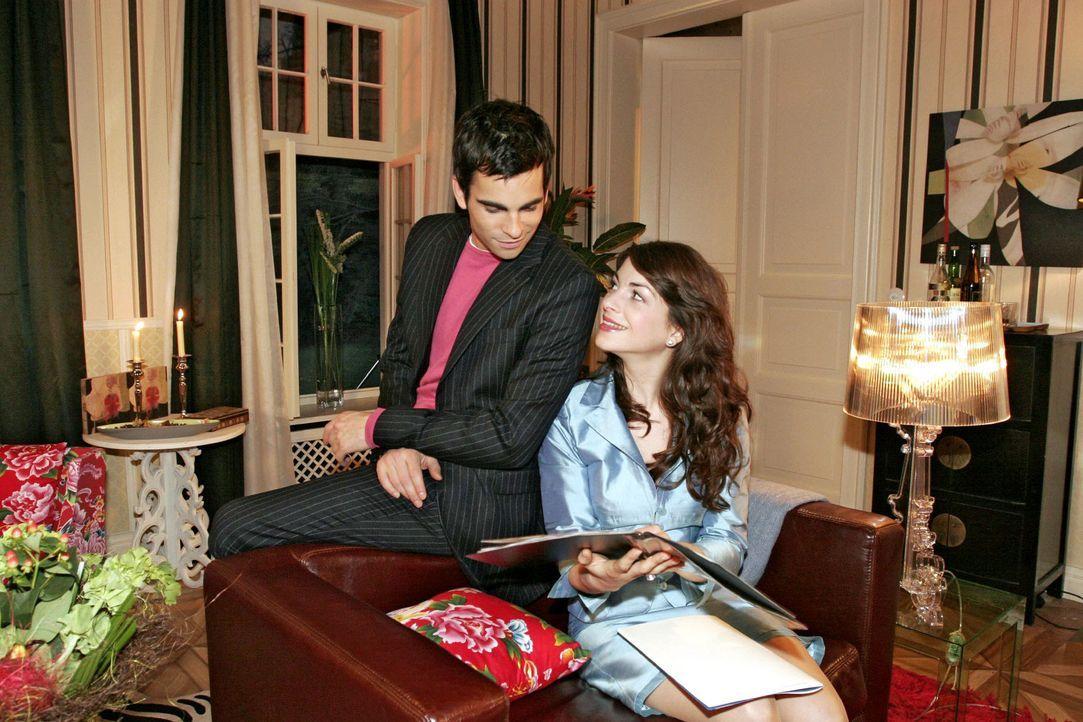 Mariella (Bianca Hein, r.) versucht gut gelaunt zu sein - obwohl sie sich ärgert, dass David (Mathis Künzler, l.) seine Probleme in der Firma nicht... - Bildquelle: Noreen Flynn Sat.1