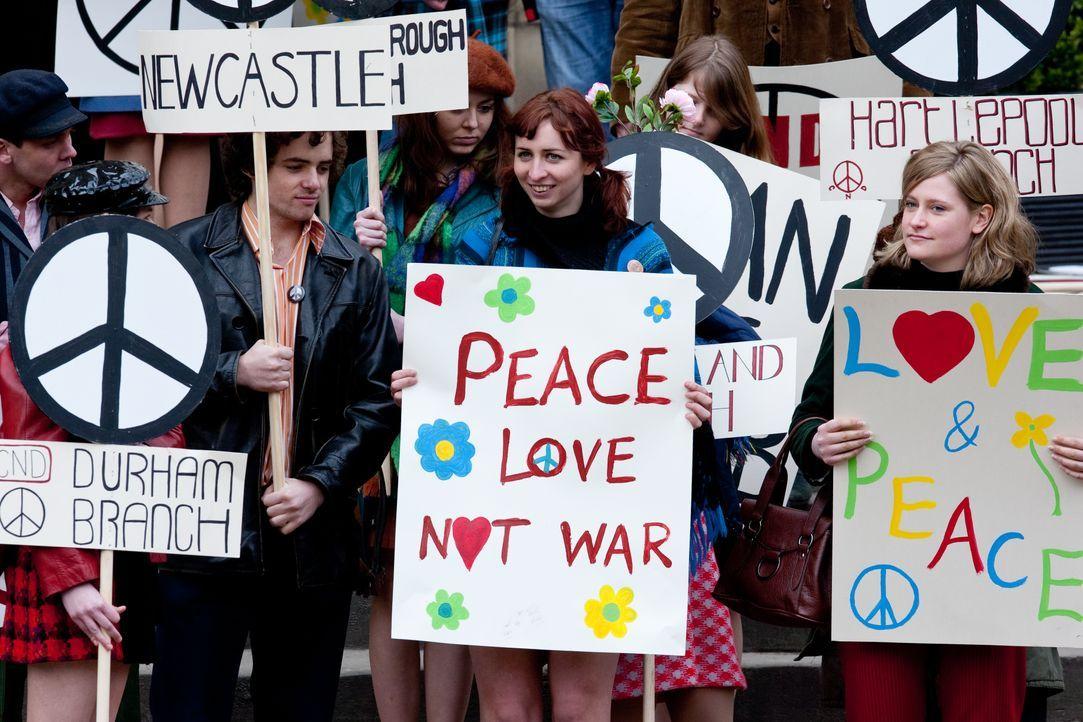 Noch setzen sich die Studenten mit vereinten Kräften für die nukleare Abrüstung ein. Keiner ahnt, dass die Demonstration einen Mord mit sich bringt... - Bildquelle: ALL3MEDIA & Company Pictures