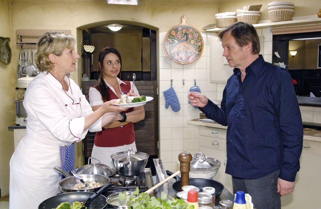 Susanne (Heike Jonca, l.) präsentiert Armin (Rainer Will, r.) und Paloma (Maja Maneiro, M.) ihr Probeessen für den Restauranttester. Doch ausgerechn... - Bildquelle: Claudius Pflug Sat.1