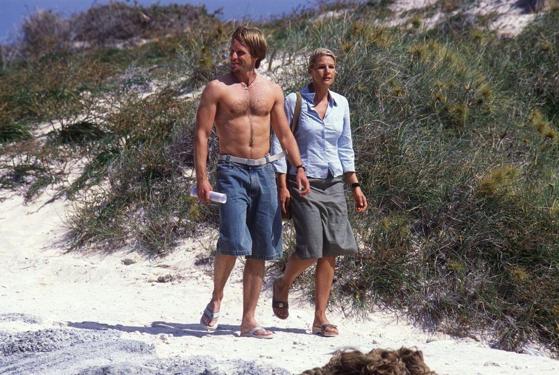 Sunnyboy Kyle (Julian Weigend, l.) zeigt Elena (Sophie Schütt, r.) die Schönheit Australiens. - Bildquelle: Megan Lewis Sat.1
