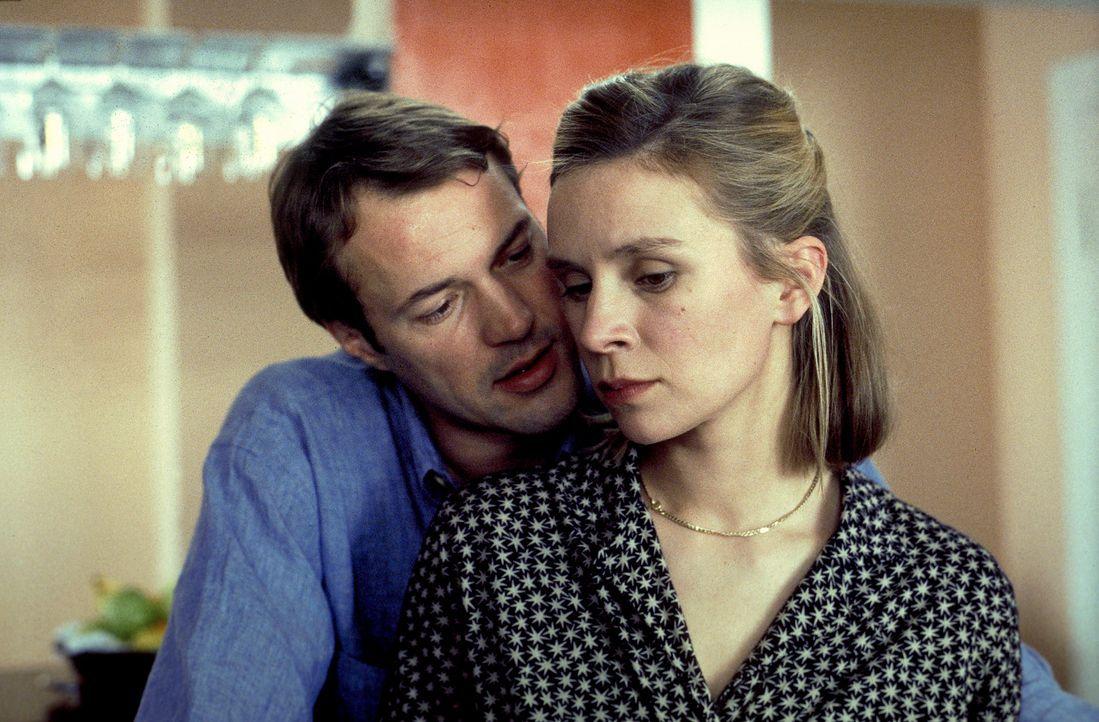 Als sich Anna (Susanne Schäfer, r.) unsterblich in ihr Überwachungsopfer Ernst (Sebastian Koch, l.) verliebt, begeht sie einen fatalen Fehler: Sie l... - Bildquelle: Magdalena Mate ProSieben