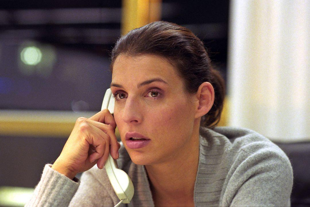 Nina (Elena Uhlig) gerät privat wie beruflich unter Druck ... - Bildquelle: Walter Wehner Sat.1
