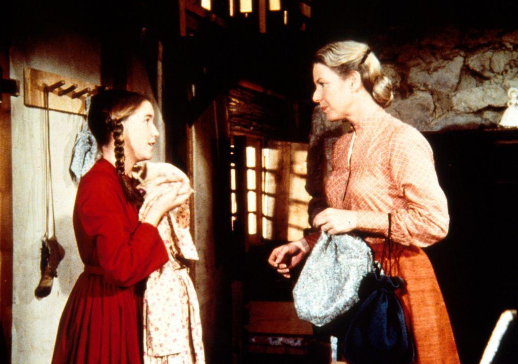 Laura (Melissa Gilbert, l.) erzählt ihrer Mutter Caroline (Karen Grassle, r.) von der unglaublichen Chance, die ihr der Zirkusbesitzer London geben... - Bildquelle: Worldvision