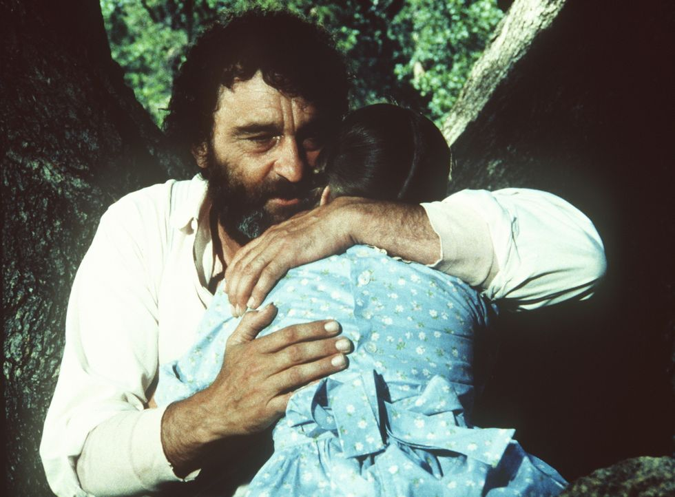 Mr. Edwards (Victor French, l.) versucht, Laura (Melissa Gilbert, r.) Trost zu spenden. - Bildquelle: Worldvision