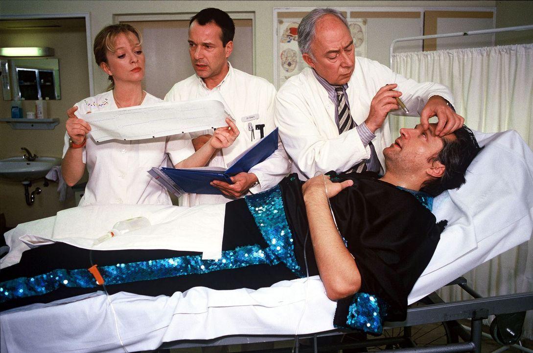 Messerwerfer Fabrizio Tondoni (Emilio de Marchi, r.) ist zusammengebrochen. Professor Günther (Klaus Mikoleit, 2.v.r.) diagnostiziert einen Hirntum... - Bildquelle: Noreen Flynn Sat.1