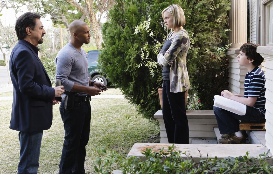 Rossi (Joe Mantegna, l.) und Morgan (Shemar Moore, 2.v.l.) versuchen mit Hilfe von Kate (Martha Anne Madison, 2.v.r.) und Stanley (Jake Cherry, r.)... - Bildquelle: Sonja Flemming 2009 ABC Studios. All rights reserved. NO ARCHIVE. NO RESALE. / Sonja Flemming