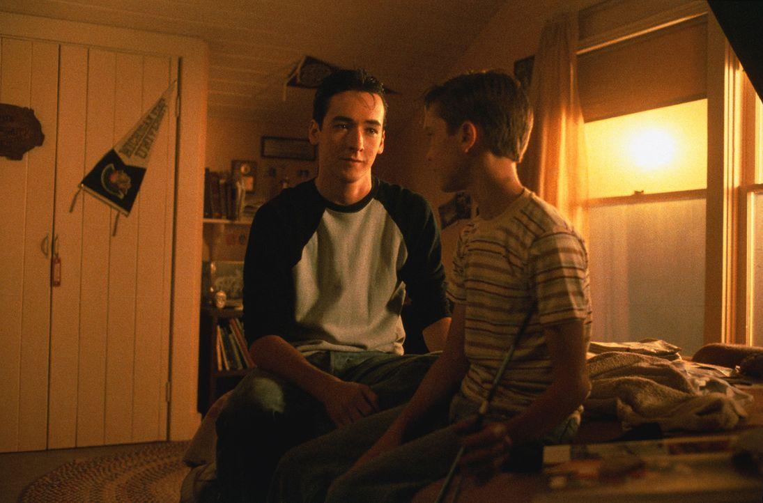 Gordie (Wil Wheaton, r.) erzählt seinem älteren Bruder Denny (John Cusack, l.) von seinen Erlebnissen … - Bildquelle: 2003 Sony Pictures Television International