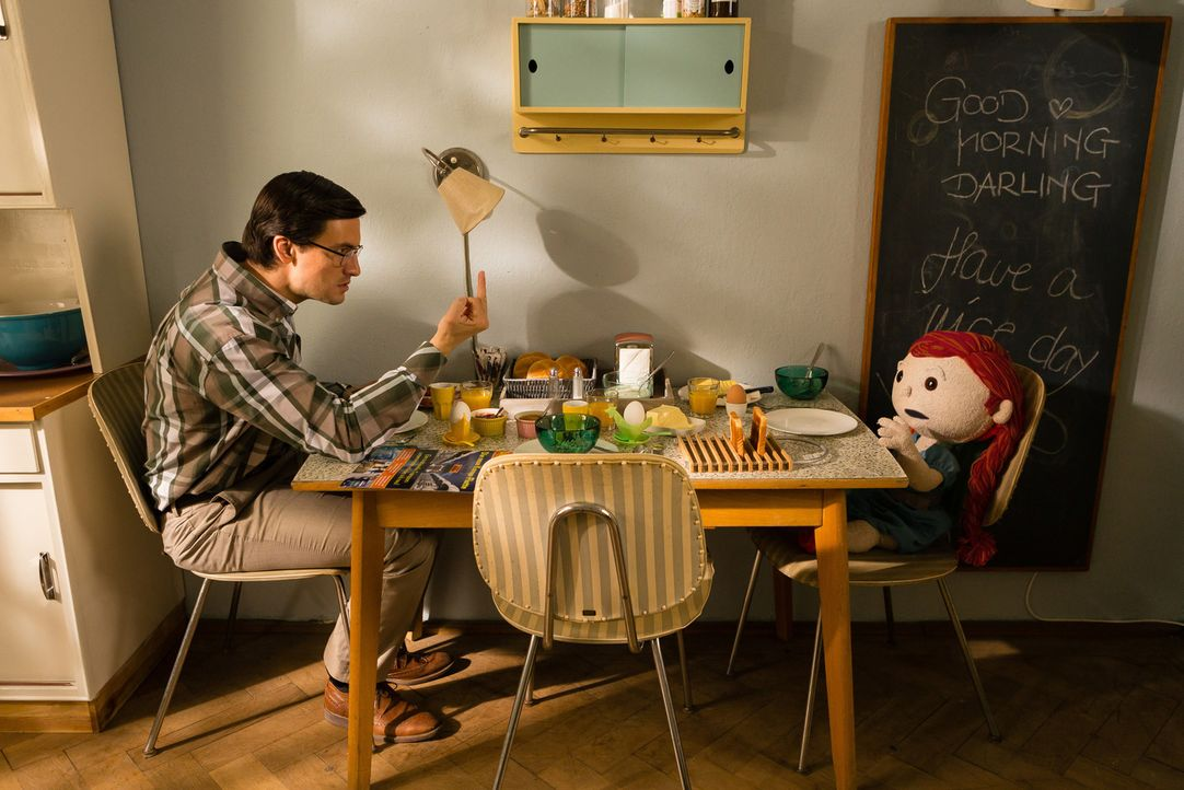 Streit ist vorprogrammiert: Während Wolfgang (Tom Beck) den rothaarigen Störenfried schnellstens wieder loswerden will, will die Puppe Bella nur ein... - Bildquelle: Arvid Uhlig SAT.1