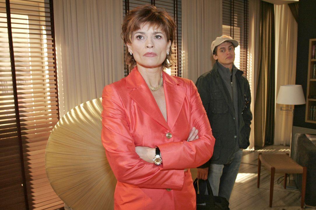 Sophie (Gabrielle Scharnitzky, l.) hat Alex (Shai Hoffmann, r.) durchschaut und wirft ihn aus der Wohnung und aus ihrem Leben. - Bildquelle: Sat.1