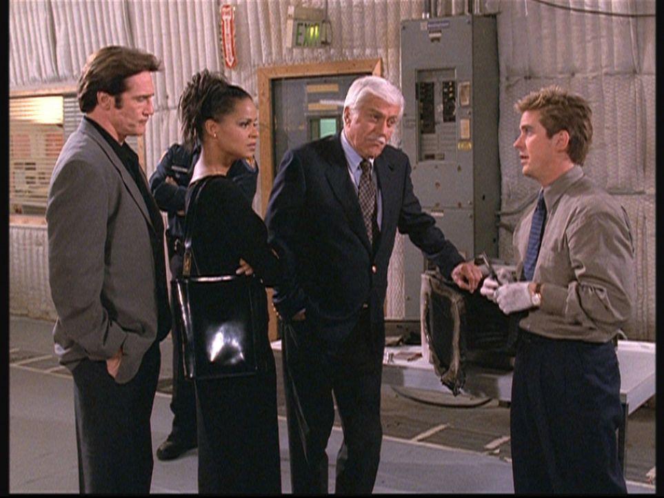 (v.l.n.r.) Steve (Barry Van Dyke), Amanda (Victoria Rowell) und Mark (Dick Van Dyke) geben Jesse (Charlie Schlatter) die Schuld daran, dass beim Koc... - Bildquelle: Viacom