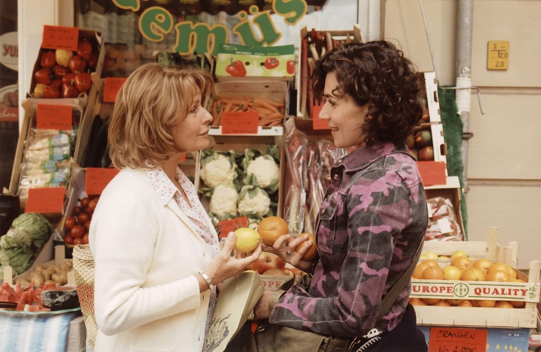 Helga (Senta Berger, l.) trifft ihre neugierige Putzfrau Fanny (Nina Kunzendorf, r.), die sie nach Cem ausfragt. - Bildquelle: Thomas Ernst Sat.1