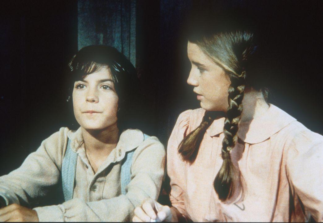 Albert (Matthew Laborteaux, l.) sitzt zu ersten mal in der Schule neben Laura (Melissa Gilbert, r.). - Bildquelle: Worldvision