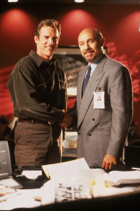 Dr. John Sutton (Jamey Sheridan, l.); Dr. Phillip Watters (Hector Elizondo, r.) - Bildquelle: 1995 Twentieth Century Fox Film Corporation.  All rights reserved.