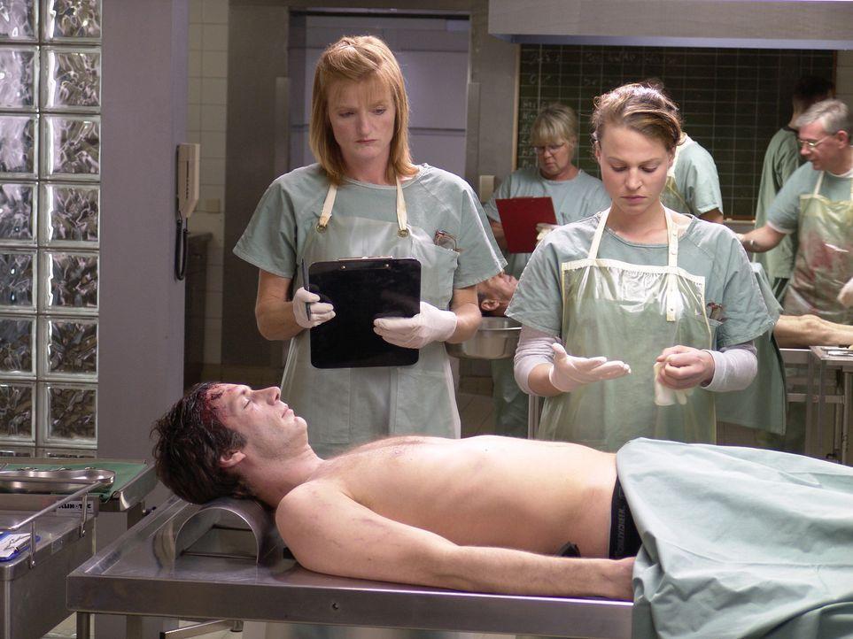 Als ihr Freund Max (Clemens Löhr, liegend) ermordet in einem Uni-Labor aufgefunden wird, nimmt die resolute Medizinstudentin Leo Herzog (Maria Simon... - Bildquelle: Volker Roloff ProSieben