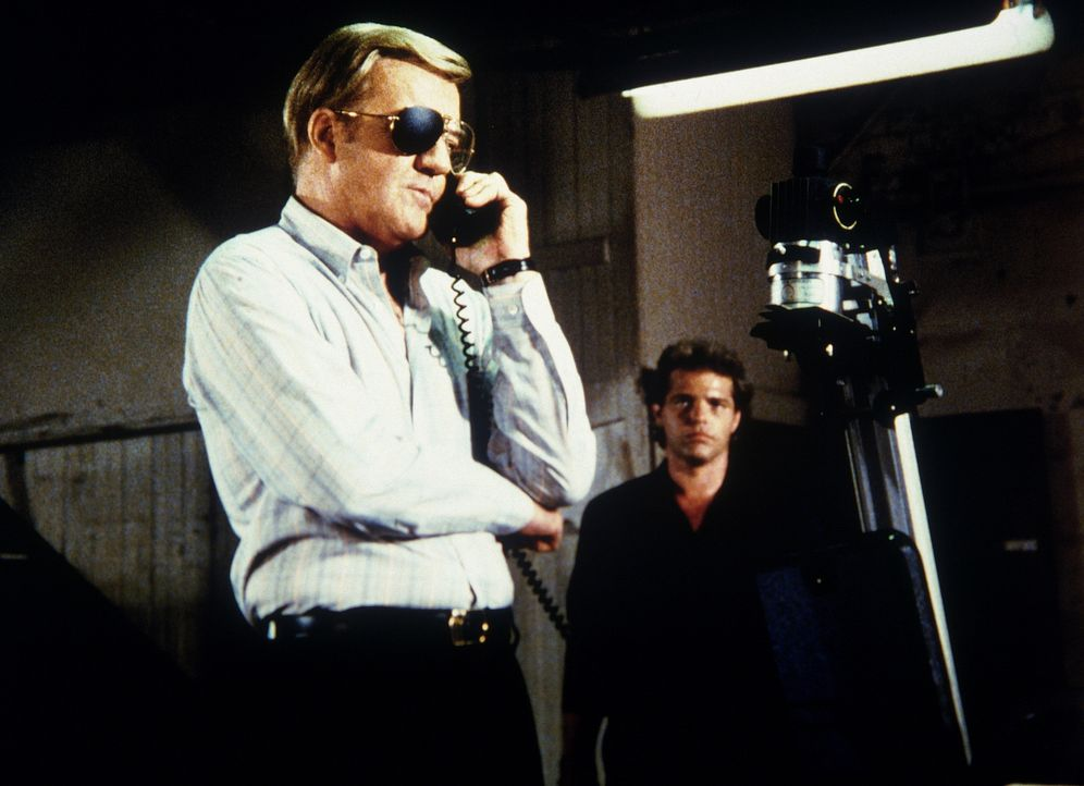 Rüstungsunternehmer Jake Williamson (Richard Herd, l.) und sein Helfer Dutch (MacKenzie Allen, r.) stehen in Kontakt mit Agenten der Sowjetunion, de...