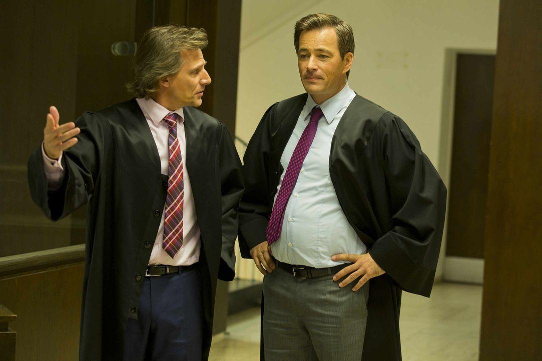 Danni ist etwas verwirrt, als nicht nur Staatsanwalt August von Grün (Rene Steinke, l.), sondern auch Oliver Schmidt (Jan Sosniok, r.) vor ihr stehe... - Bildquelle: Frank Dicks SAT.1