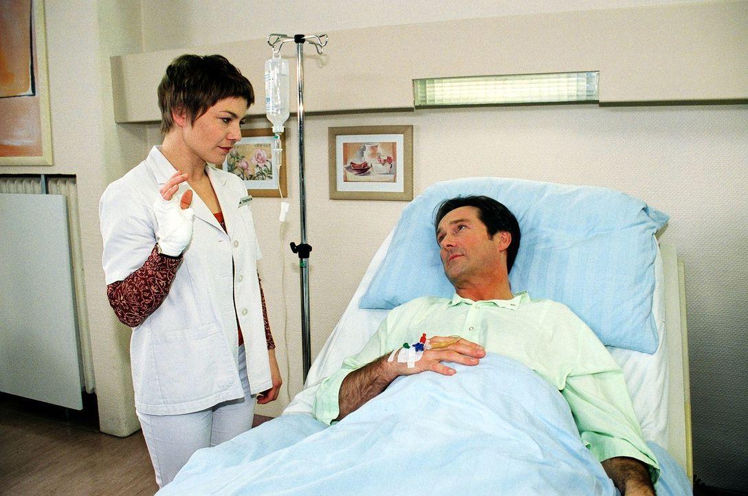 Stephanie (Claudia Schmutzler, l.) hat sich bei der OP von Tim Wertheimer (Helmut Zierl, r.) verletzt. Da nicht klar ist, ob sie sich infiziert hat,... - Bildquelle: Monika Schürle Sat.1
