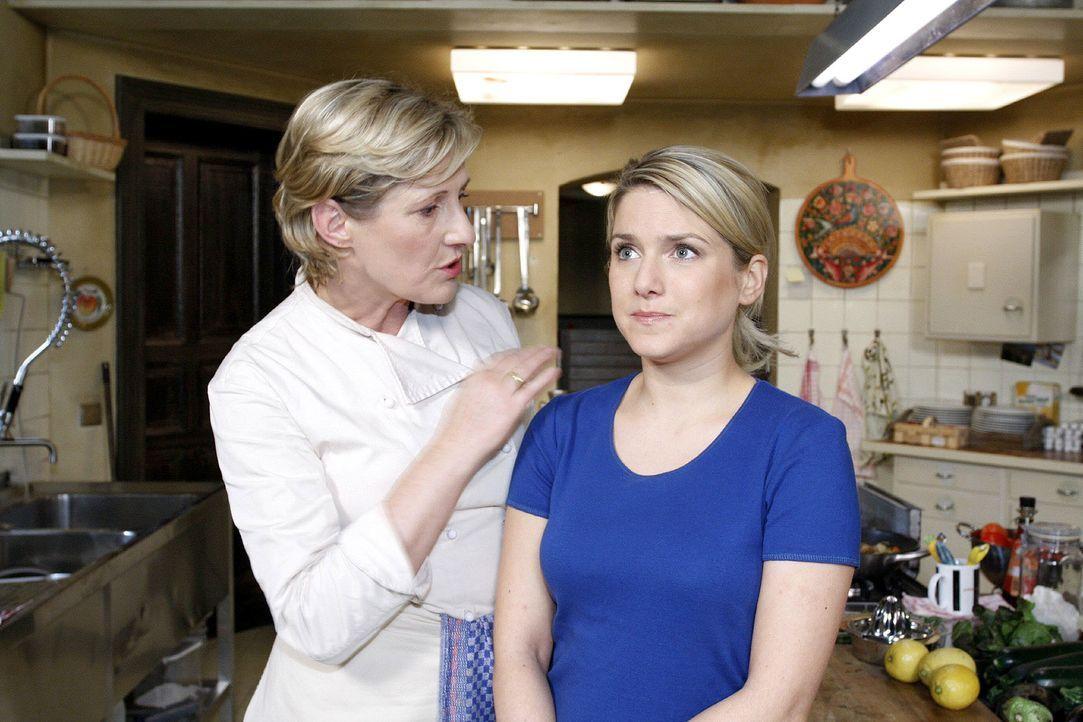 Anna (Jeanette Biedermann, r.) ist wütend und wird von ihrer Mutter (Heike Jonca, l.) getröstet. - Bildquelle: Noreen Flynn Sat.1