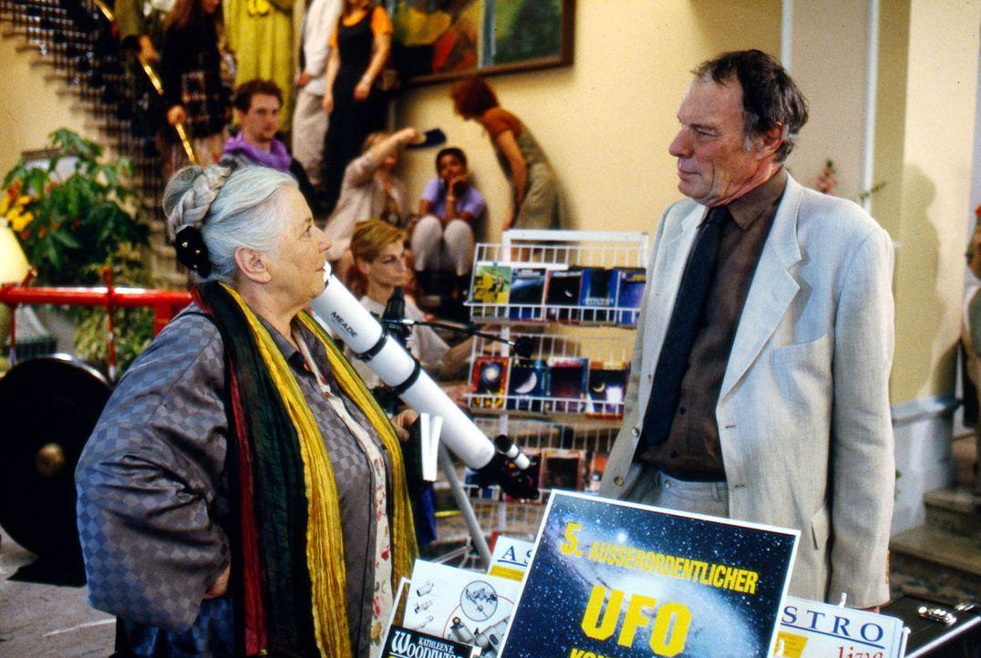 Mutter Resi Berghammer (Ruth Drexel, l.) findet den UFO-Trubel in Bad Tölz ganz abwechslungsreich, zumal ihre Pension jetzt voll ausgebucht ist. Neu... - Bildquelle: Magdalena Mate Sat.1