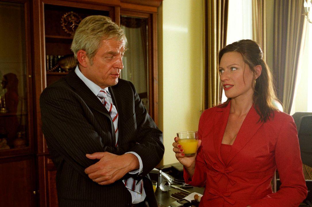 Michaela (Nina Kronjäger, r.) legt sich beim Vorstellungsgespräch mit Hotelchef Bornekamp (Wilhelm Manske, l.) mächtig ins Zeug - sie braucht den Jo... - Bildquelle: Oliver Ziebe Sat.1