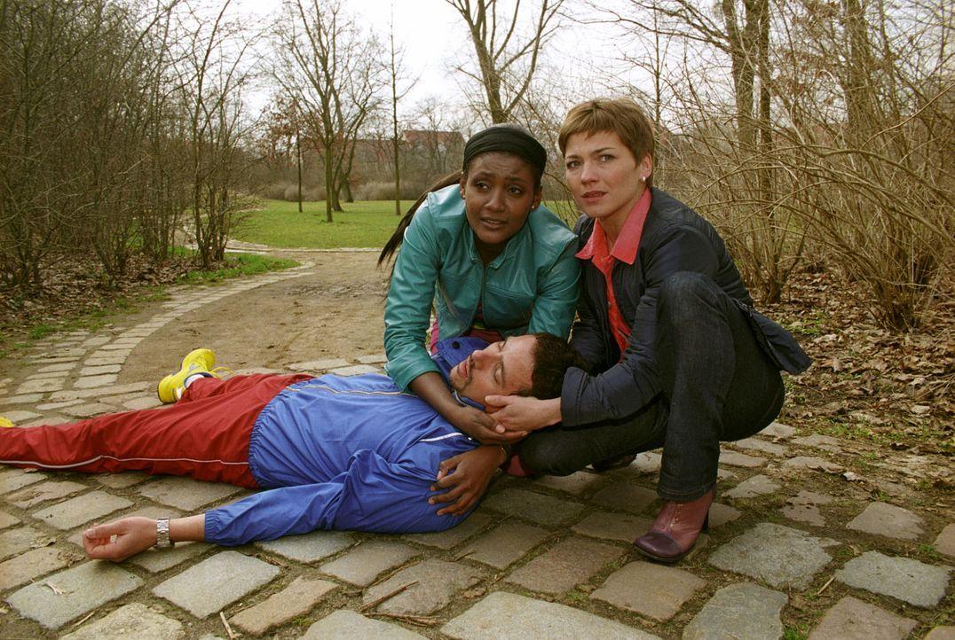 Der erfolgreiche Sportler Tino Sandmann (Markus Pfeiffer, l.) bricht plötzlich zusammen und wird von Stephanie (Claudia Schmutzler, r.) und seiner F... - Bildquelle: Noreen Flynn Sat.1