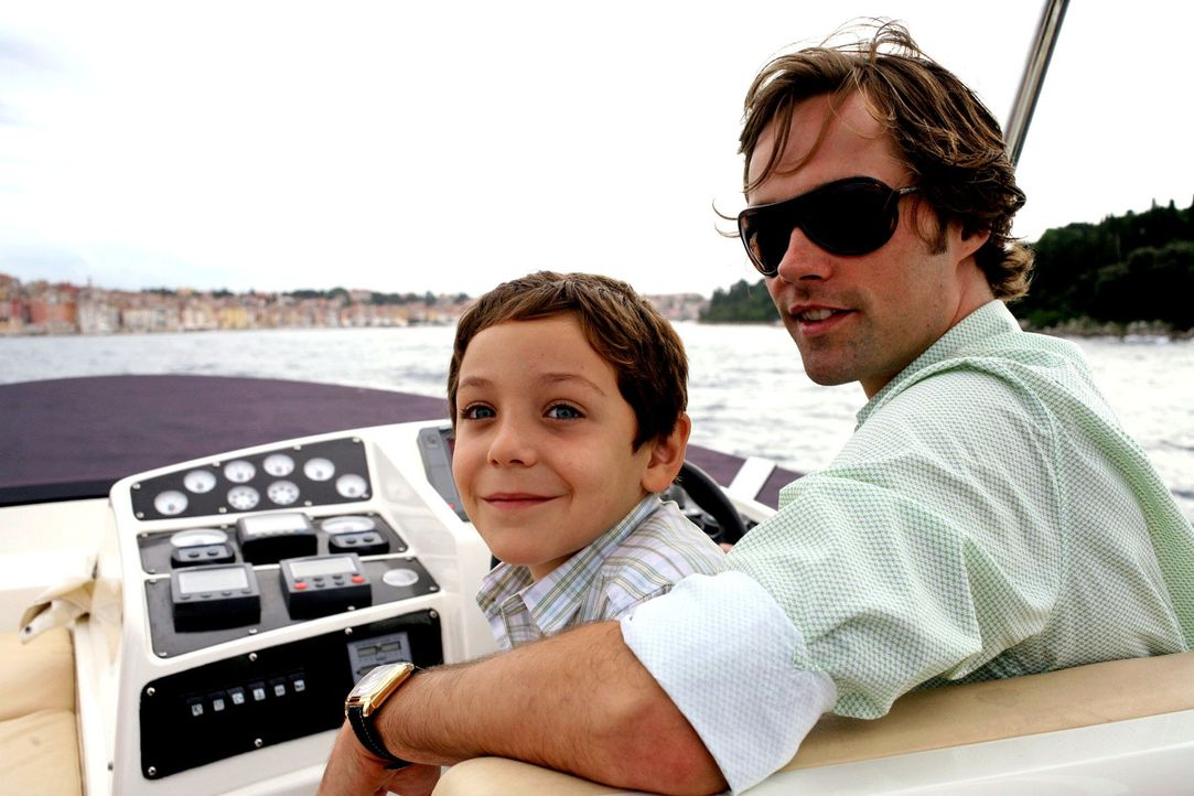 Adrian (Konstantin Reichmuth, l.) ist an der Seite seines Onkels Robert (Matthias Schloo, r.) glücklich, dass seine Eltern wieder zueinanderfinden .... - Bildquelle: Petro Domenigg Sat.1