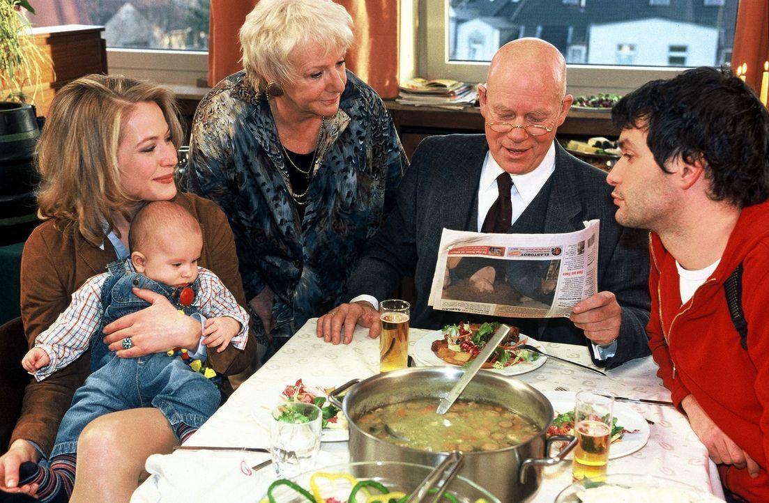 Roberto ist beim Essen der Stargast. V.l.n.r.: Britta (Stefanie Japp), Roberto (Michael Leers), Bertha (Ingrid Stein), Haupt (Christoph Quest) und G... - Bildquelle: Münstermann Sat.1