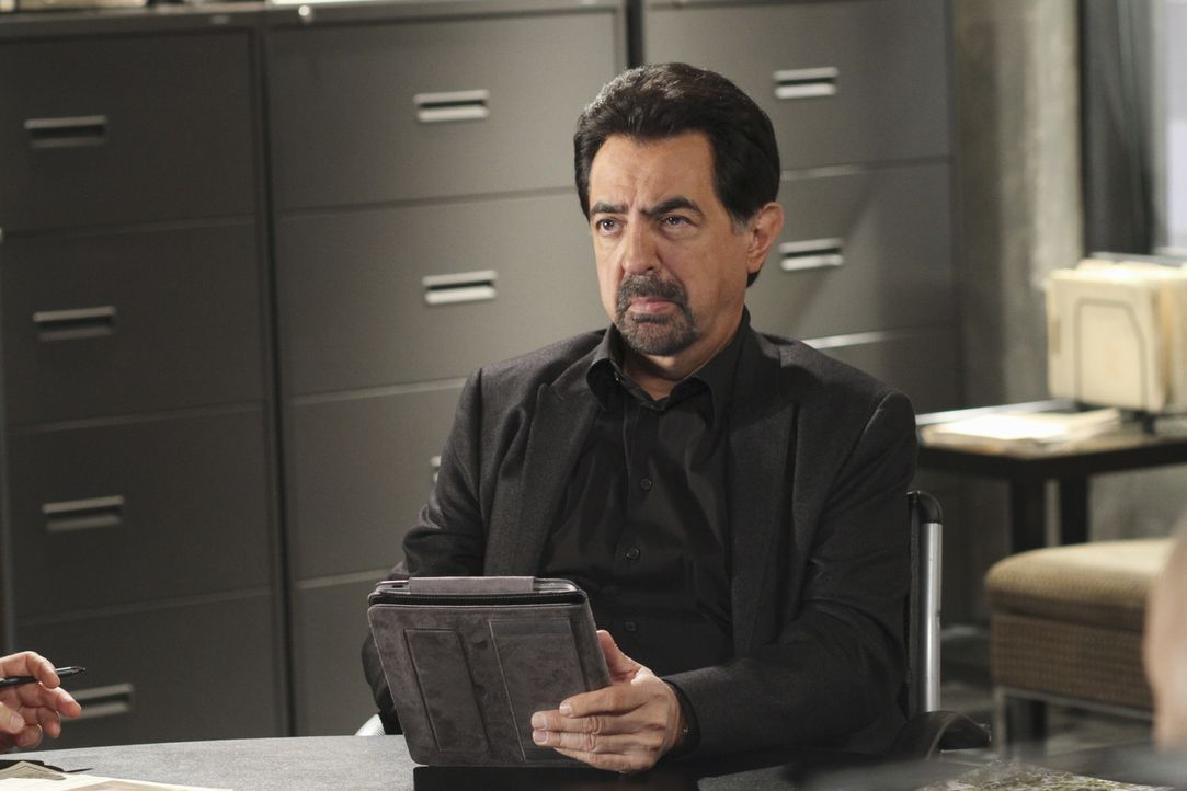 Für Rossi (Joe Mantegna) und seine Kollegen beginnt ein Wettlauf mit der Zeit, als in Johnson County eine Stripperin entführt wird ... - Bildquelle: Ron Tom 2010 American Broadcasting Companies, Inc. All rights reserved. / Ron Tom