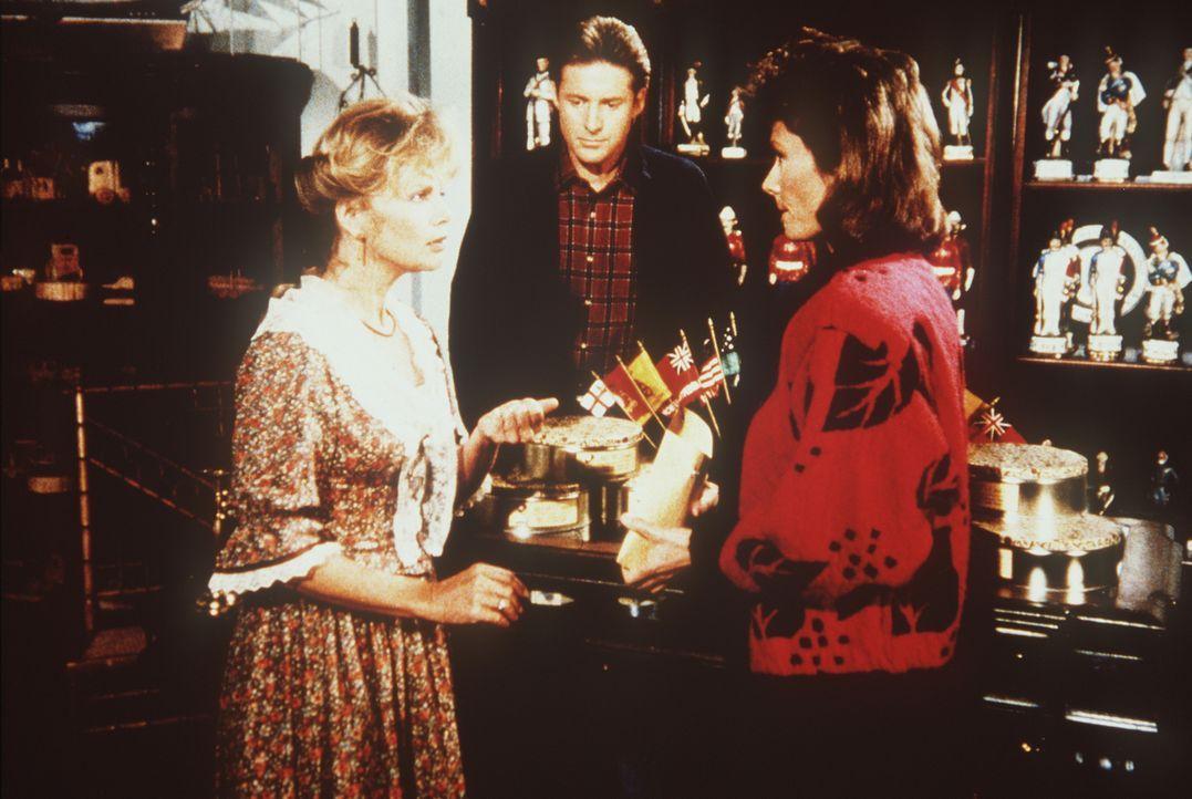 Die Ganovenwitwe Lena (Marta Kristen, l.) hilft Lee (Bruce Boxleitner, M.) und Amanda (Kate Jackson) mit wichtigen Informationen ...