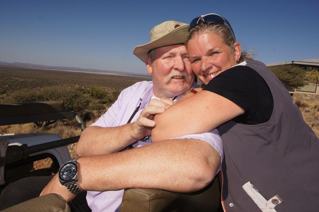 Das Talent von Tierchiropraktiker Tamme Hanken (l.) hat sich herumgesprochen - bis nach Afrika! Daher machen er und seine Frau Carmen (r.) sich auf... - Bildquelle: SAT.1