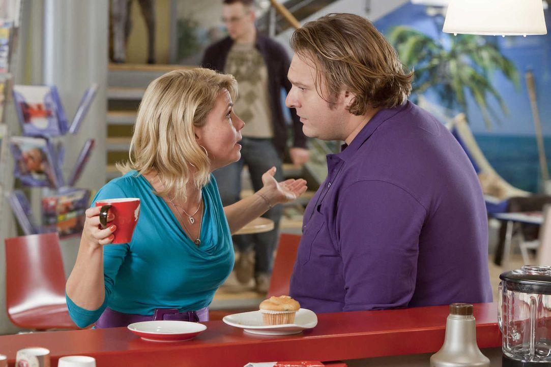 Da Nils (Oliver Fleischer, r.) nicht auf Danni (Annette Frier, l.) gehört hat, braucht er nun selbst ihre Hilfe, denn das Gesundheitsamt, steht vor... - Bildquelle: Frank Dicks SAT.1