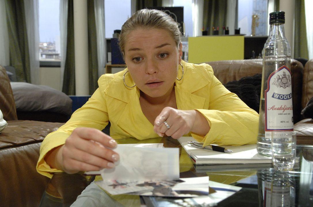 """Katja (Karolina Lodyga) ertränkt ihren Kummer in Alkohol und verfasst einen """"Abschiedsbrief"""" ... - Bildquelle: Claudius Pflug Sat.1"""