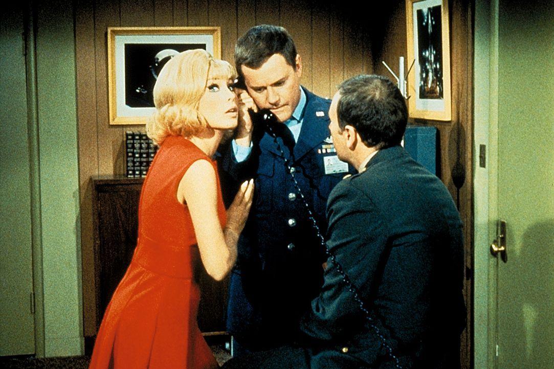 Die Freunde Jeannie (Barbara Eden, l.), Tony (Larry Hagman, M.) und Roger (Bill Daily, r.) versuchen, Dr. Bellows zu helfen. - Bildquelle: Columbia Pictures