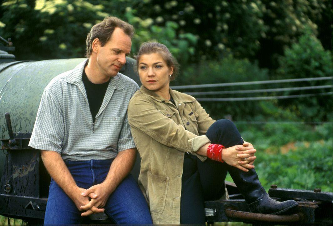 Nach dem Tod von Thommy hat sich Stephanie (Claudia Schmutzler, r.) aufs Land zu ihrer Freundin auf einen Bauernhof zurückgezogen. Alle Bemühungen... - Bildquelle: Noreen Flynn Sat.1