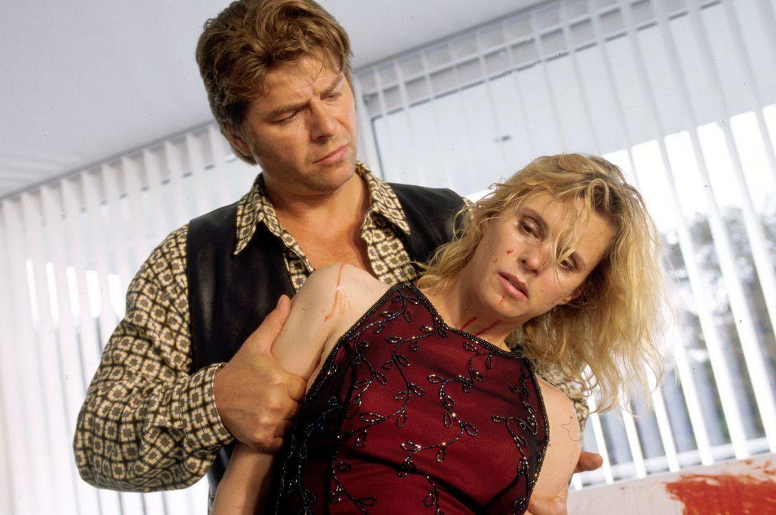 Jupp (Uwe Fellensiek, l.) nimmt Doris Büssow (Leslie Malton, r.) fest. - Bildquelle: Dobrivoie Kerpenisan Sat.1