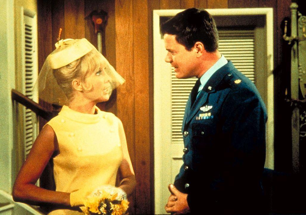 Tony (Larry Hagman, r.) erfährt, dass Jeannies (Barbara Eden, l.) böse Schwester zu Besuch kommt. - Bildquelle: Columbia Pictures