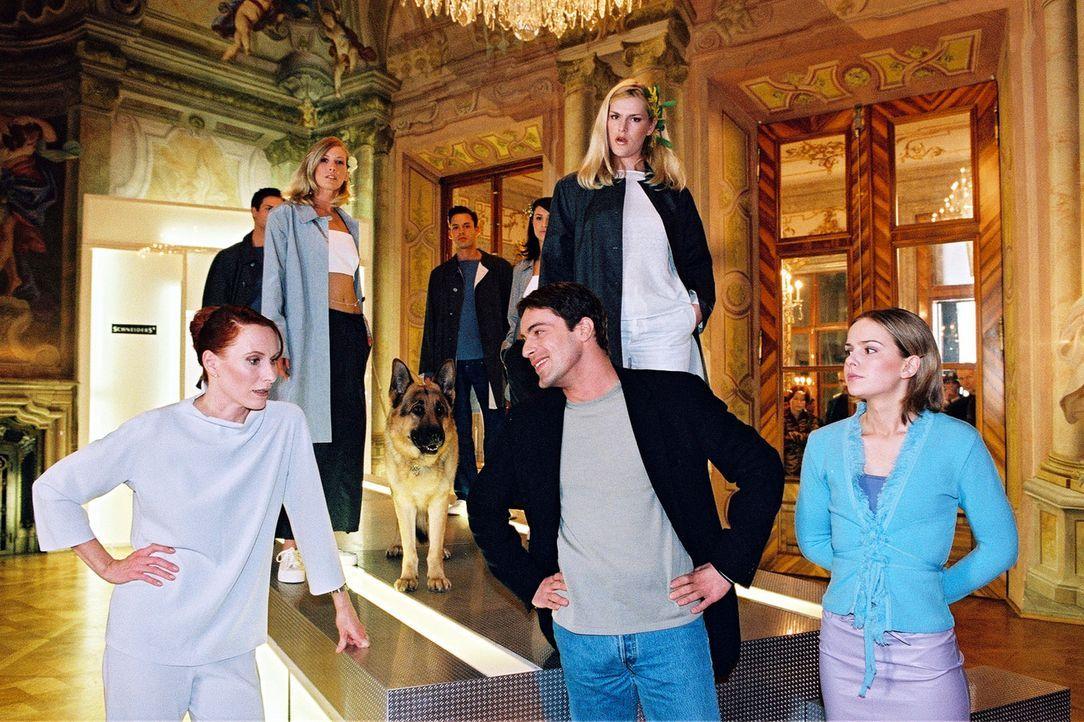 Kommissar Brandtner (Gedeon Burkhard, M.) besucht die exaltierte Modeschöpferin Selma Melle-Schneiders (Andrea Sawatzki, l.) und ihre Tochter Kathar... - Bildquelle: Ali Schafler Sat.1